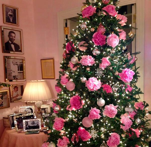 Umelé kvety na vianočnom stromčeku